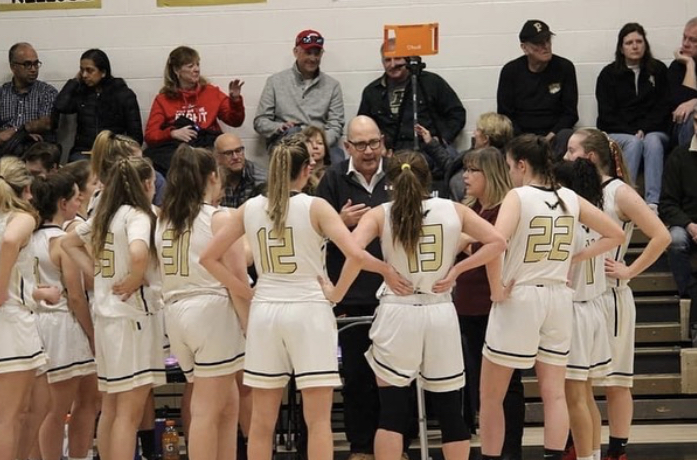 The+varsity+girls%27+basketball+team+huddle.
